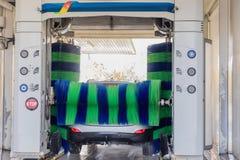 Αυτόματο πλύσιμο αυτοκινήτων στη δράση, πλύσιμο αυτοκινήτων Στοκ φωτογραφία με δικαίωμα ελεύθερης χρήσης