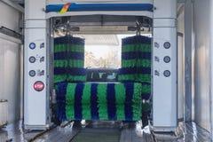Αυτόματο πλύσιμο αυτοκινήτων στη δράση, πλύσιμο αυτοκινήτων Στοκ Εικόνες