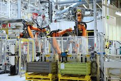 Αυτόματο ρομπότ στο εργοστάσιο αυτοκινήτων Στοκ εικόνες με δικαίωμα ελεύθερης χρήσης