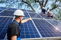 Αυτόνομη εξωτερική εγκατάσταση συστημάτων ηλιακών πλαισίων, ανανεώσιμη πράσινη έννοια ενεργειακής παραγωγής στοκ φωτογραφία με δικαίωμα ελεύθερης χρήσης