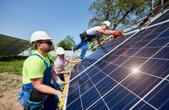 Αυτόνομη εξωτερική εγκατάσταση συστημάτων ηλιακών πλαισίων, ανανεώσιμη πράσινη έννοια ενεργειακής παραγωγής στοκ φωτογραφία