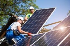 Αυτόνομη εξωτερική εγκατάσταση συστημάτων ηλιακών πλαισίων, ανανεώσιμη πράσινη έννοια ενεργειακής παραγωγής στοκ εικόνα