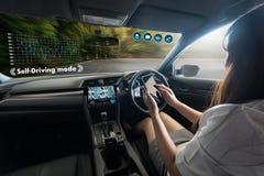 αυτόνομο οδηγώντας αυτοκίνητο και ψηφιακή εικόνα τεχνολογίας ταχυμέτρων στοκ εικόνα με δικαίωμα ελεύθερης χρήσης