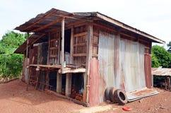 Αυτός ο αγροτικός ζαρωμένος κασσίτερος και το ξύλινο κτήριο χρησιμεύουν ως ένα κοτέτσι κοτόπουλου στη βόρεια κεντρική Ταϊλάνδη Στοκ εικόνα με δικαίωμα ελεύθερης χρήσης