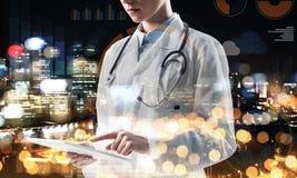 Αυτός ο γιατρός θα προστατεύσει και θα σώσει την πόλη στοκ εικόνες