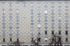 Αυτός πρόσοψη ενός γκρίζου κτιρίου γραφείων στη Βαρσοβία στο σοβιετικό Στοκ Εικόνες