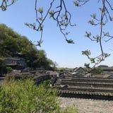 αυτός στέγη ενός αρχαίου κτηρίου κάτω από τον ουρανό στοκ φωτογραφία με δικαίωμα ελεύθερης χρήσης