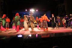 Αυτόχθων προσκαλέστε το χορό επισκεπτών togather στοκ εικόνες με δικαίωμα ελεύθερης χρήσης