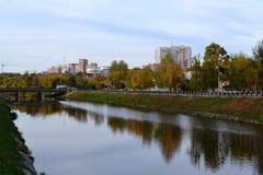 Αυτό είναι ένα πρώιμο φθινόπωρο, άποψη της πόλης και ο μικρός ποταμός στοκ εικόνα με δικαίωμα ελεύθερης χρήσης