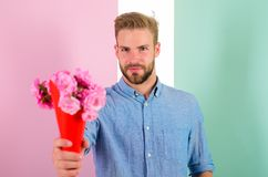 Αυτό είναι γιατί φαλλοκράτης δίνετε τα λουλούδια ως ρομαντικό δώρο Ο φίλος βέβαιος κρατά τα λουλούδια ανθοδεσμών Άτομο έτοιμο για Στοκ φωτογραφία με δικαίωμα ελεύθερης χρήσης