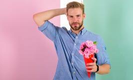 Αυτό είναι για σας φίλος ευτυχές κρατά τα λουλούδια ανθοδεσμών Το άτομο έτοιμο για τη ρομαντική ημερομηνία φέρνει στην ανθοδέσμη  Στοκ φωτογραφία με δικαίωμα ελεύθερης χρήσης