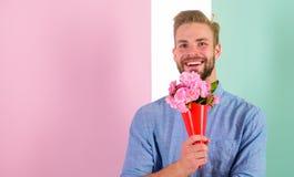 Αυτό είναι για σας φίλος ευτυχές κρατά τα λουλούδια ανθοδεσμών Το άτομο έτοιμο για τη ρομαντική ημερομηνία φέρνει στην ανθοδέσμη  Στοκ Φωτογραφία