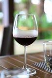 Αυτό είναι ζουμ που πυροβολείται για το κόκκινο κρασί στο εστιατόριο Στοκ Εικόνα