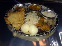 Αυτό είναι η εικόνα του ασημένιου πιάτου εγγράφου γεμίζει με τα τρόφιμα στοκ εικόνες με δικαίωμα ελεύθερης χρήσης