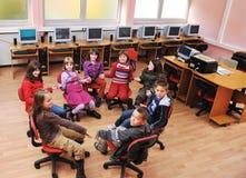 Αυτό εκπαίδευση με τα παιδιά στο σχολείο στοκ εικόνα με δικαίωμα ελεύθερης χρήσης