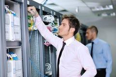 Αυτό μηχανικοί στο δωμάτιο κεντρικών υπολογιστών δικτύων Στοκ εικόνες με δικαίωμα ελεύθερης χρήσης