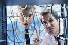 Αυτό μηχανικοί στο δωμάτιο κεντρικών υπολογιστών δικτύων Στοκ Εικόνες