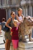 Αυτό μοιάζει με ένα οικογενειακό πορτρέτο με ένα λιοντάρι στη Βενετία Στοκ Φωτογραφίες