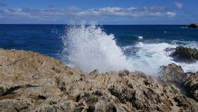 Αυτό που συμβαίνει πότε το κύμα συναντά το βράχο στοκ εικόνες με δικαίωμα ελεύθερης χρήσης
