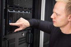 Αυτό σύμβουλος που εργάζεται με τους κεντρικούς υπολογιστές στην επιχείρηση datacenter στοκ εικόνα