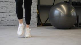 Αυτό το βίντεο είναι για τα άσπρα παπούτσια ικανότητας γυναικών κινηματογραφήσεων σε πρώτο πλάνο Ασκώντας στη γυμναστική ή το σπί φιλμ μικρού μήκους