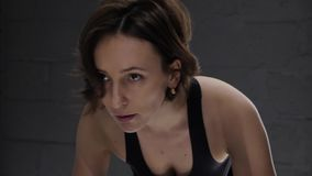 Αυτό το βίντεο είναι για την κινηματογράφηση σε πρώτο πλάνο της αρκετά ελκυστικής νέας γυναίκας που απολαμβάνει το workout της στ απόθεμα βίντεο