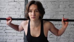 Αυτό το βίντεο είναι για την όμορφη νέα αθλητική φίλαθλη γυναίκα που κάνει πίσω το κοντόχοντρο καρδιο workout στη γυμναστική Μπρο απόθεμα βίντεο