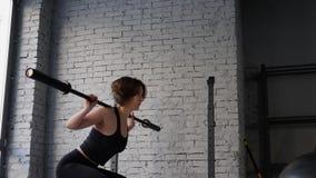 Αυτό το βίντεο είναι για την όμορφη νέα αθλητική φίλαθλη γυναίκα που κάνει πίσω το κοντόχοντρο καρδιο workout στη γυμναστική r απόθεμα βίντεο