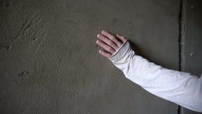 Αφές και φωτογραφικές διαφάνειες χεριών σε έναν συμπαγή τοίχο με τις ρωγμές απόθεμα βίντεο
