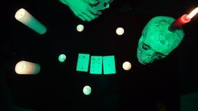 Αφήγηση, γυναίκα τύχης που σχεδιάζουν έξι κάρτες σε έναν πίνακα με τα κεριά και ένα κρανίο φιλμ μικρού μήκους