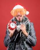 Αφήνει να γιορτάσει τις χειμερινές διακοπές Το κύριο καπέλο santa γιορτάζει το νέα έτος ή τα Χριστούγεννα Ενώστε τον εορτασμό Χρι στοκ εικόνα με δικαίωμα ελεύθερης χρήσης