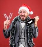 Αφήνει να πιει τη σαμπάνια Κύριο tinsel καπέλων santa γιορτάζει το νέα έτος ή τα Χριστούγεννα Ενώστε τον εορτασμό Χριστουγέννων Γ στοκ φωτογραφίες