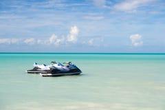 Αφήνει το γύρο Τυρκουάζ ζευγάρι νερού θάλασσας watercrafts κοντά στην παραλία Ακραίες τροπικές διακοπές ψυχαγωγίας Καλύτερα σημεί Στοκ Φωτογραφία