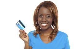 Αφήνει το κατάστημα και ανταλλάσσει την πιστωτική κάρτα Στοκ εικόνες με δικαίωμα ελεύθερης χρήσης