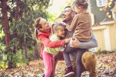 Αφήνει όλο το αγκάλιασμα ένας μπαμπάς στοκ φωτογραφία