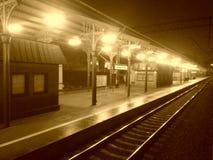 Αφήνοντας το σιδηροδρομικό σταθμό τή νύχτα στοκ εικόνες με δικαίωμα ελεύθερης χρήσης
