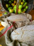Αφήστε τη ζύμη ψωμιού να καθίσει σε ένα καλάθι ψησίματος στοκ εικόνες