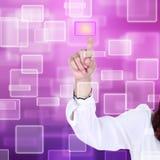 αφή οθόνης ώθησης διαπροσωπειών χεριών κουμπιών στοκ φωτογραφίες