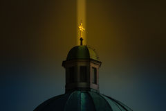 Αφή ουρανού: ακτίνα του χρυσού ελαφριού χρωμίου διαφώτισης Στοκ εικόνα με δικαίωμα ελεύθερης χρήσης
