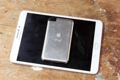 Αφή της Apple ipod με με την ταμπλέτα της Samsung Στοκ φωτογραφία με δικαίωμα ελεύθερης χρήσης
