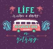 Αφίσα ταξιδιού με το απόσπασμα κινήτρου Εκλεκτής ποιότητας θερινή τυπωμένη ύλη με ένα μίνι λεωφορείο Στοκ Εικόνα