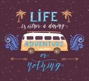 Αφίσα ταξιδιού με το απόσπασμα κινήτρου Εκλεκτής ποιότητας θερινή τυπωμένη ύλη με ένα μίνι λεωφορείο Στοκ Εικόνες