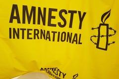 Αφίσα της Διεθνούς Αμνηστίας κατά τη διάρκεια της υπερηφάνειας Μάρτιος στοκ φωτογραφίες με δικαίωμα ελεύθερης χρήσης
