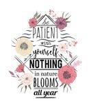 Αφίσα τυπογραφίας με τα λουλούδια στο ύφος watercolor Εμπνευσμένο απόσπασμα Να είστε υπομονετικός με σας τίποτα στις ανθίσεις φύσ διανυσματική απεικόνιση