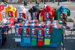 Αφίσα Barack Obama στα μαντίλι και τις μπλούζες για την πώληση στο τετράγωνο ένωσης NYC στοκ φωτογραφία με δικαίωμα ελεύθερης χρήσης