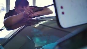 Αφαίρεση ζουλιγμάτων Paintless Ένα άτομο χτυπά ένα σφυρί με ένα λάστιχο σε ένα αυτοκίνητο για να ισοπεδώσει ένα ζούλιγμα χωρίς ζω απόθεμα βίντεο