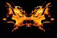 Αφαίρεση, καίγοντας πυρκαγιά με τους σπινθήρες Μυστικός τύπος πεταλούδας ή τέρατος Οριζόντια αντανάκλαση στοκ εικόνες με δικαίωμα ελεύθερης χρήσης