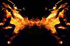 Αφαίρεση, καίγοντας πυρκαγιά με τους σπινθήρες Μυστικός τύπος πεταλούδας ή τέρατος Οριζόντια αντανάκλαση στοκ φωτογραφία με δικαίωμα ελεύθερης χρήσης