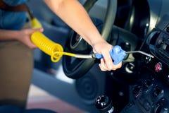 Αφαίρεση σκόνης με το αεροβόλο πιστόλι στο πλύσιμο αυτοκινήτων Στοκ Εικόνα