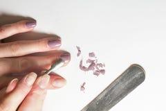 Αφαίρεση της στιλβωτικής ουσίας καρφιών σε ένα φυσικό άσπρο υπόβαθρο στοκ εικόνα